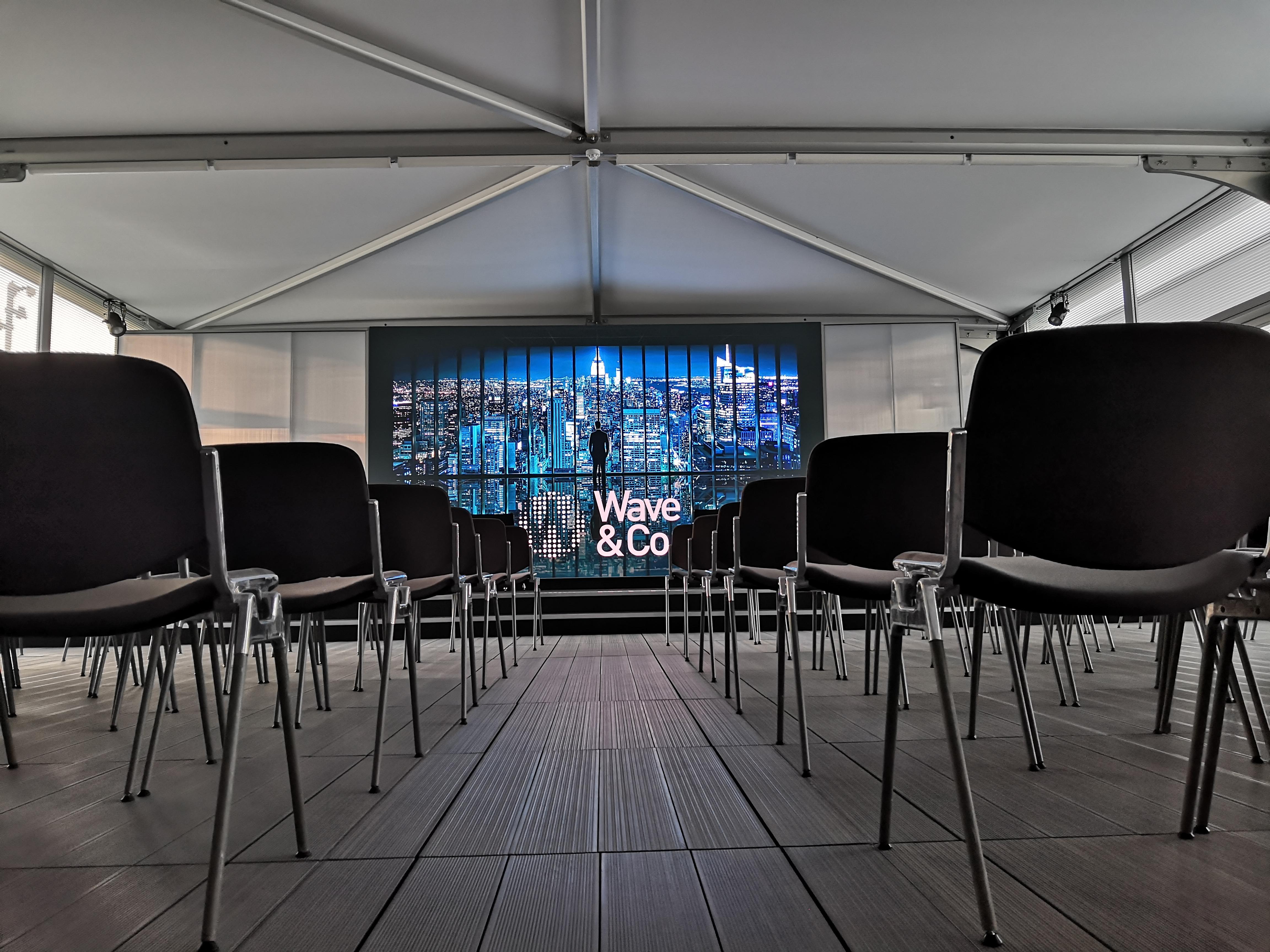 Display a LED nella sala conferenze del Prada Village ad Auckland, durante la Prada's Cup