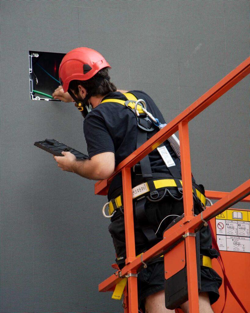 Un tecnico Manutenzione di Wave&Co con i DPI previsti dalla legge